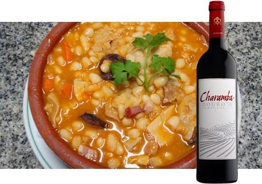 Ingredientes:  600g de tripa ou dobrada  1/2 mãozinha de vitela (ou de boi)  100g de presunto  1/2 perna de frango  100g de orelha de porco  100g de toucinho entremeado  80g de chouriço de carne  80g de salpicão  80g de chouriço de sangue  4 dl de feijão branco  1 cenoura  1/2 dl de azeite  1 dente de alho  1 cebola  1 raminho de cheiros  1 dl de vinho branco  2 colheres de polpa de tomate  sal e pimenta  cominhos  salsa picada,  piri-piri qb  300g de arroz Confecção: De véspera ponha o feijão de molho, limpe e lave muito bem a dobrada e mãozinhas, escalde e coza, temperando com pedacinhos de cenoura, uma cebola pequena com dois cravinhos espetados e alguns grãos de pimenta.  Normalmente a mãozinha coze primeiro que a dobrada, retirando-se logo que esteja cozida. No próprio dia põe-se o feijão branco a cozer com a cenoura cortada em pedacinhos. Coze-se também o frango, a orelha de porco, o presunto e os enchidos (excepto o chouriço de carne), retirando para fora os elementos que forem ficando cozidos. Escolha e corte também em pedacinhos a dobrada e as mãozinhas. Faça um refogado com azeite, o alho, e a cebola picados e o raminho de cheiros. Quando começar a alourar junte o vinho branco, a polpa de tomate, o chouriço de carne e o toucinho e um pouco de caldo onde cozeu a dobrada (ou caldo de cozer as carnes) passado por passador. Ferve lentamente cerca de 45 minutos. Junte a dobrada e as mãos, retire o chouriço de carne e o toucinho magro, deixe apurar cerca de 15 minutos acrescentando caldo se for preciso. Junte o feijão adicionando mais um pouco de caldo ou água do feijão,  se for necessário. Deixe ferver mais 10 ou 15 minutos,  rectifique de sal, pimenta e piri-piri (facultativo), misture uma pitada de cominhos, mexendo com cuidado.  Sirva em travessa ou outro recipiente, espalhando por cima a orelha cortada em tirinhas finas, o presunto e o frango desfiados, rodelas de salpicão e fatias de toucinho. Polvilhe com salsa picada. À parte sirva o arroz de manteiga se