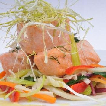 Tranches de salmão gravilax em cama de legumes thai e crocante de alho francês