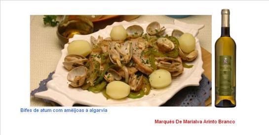 Ingredientes:  500 g de amêijoas  Sal q.b.    4 bifes de atum  Pimenta q.b.  1 pimento verde grande  1 cebola grande  3 dentes de alho  1 dl de azeite  2 colheres (sopa) de vinagre  Coentros q.b. Preparação: Coloque atempadamente as amêijoas a demolhar água temperada de sal. Arranje os bifes de atum e tempere-os com sal e pimenta. Lave o pimento, corte-o ao meio, retire-lhe as sementes e peles brancas e corte-o depois em tiras finas. Descasque e lave a cebola e os dentes de alho, corte a cebola em meias-luas finas e pique os alhos. Leve uma frigideira ao lume com o azeite, deixe aquecer, adicione os bifes de atum e deixe-os fritar de ambos os lados mas sem os deixar passar muito. Retire e reserve numa travessa. Deite a cebola e os alhos na mesma frigideira com a gordura de fritar os bifes, adicione o pimento e as amêijoas e deixe cozinhar, em lume brando, até as amêijoas abrirem e os legumes ficarem macios. Rectifique os temperos, regue com o vinagre, mexa, retire do lume, deite por cima dos bifes e sirva polvilhado com coentros picados e acompanhado com batatas cozidas.