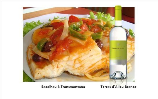 Ingredientes: 4 postas de bacalhau demolhado 4 fatias de presunto 1 colher de sopa de farinha de trigo 2-4 colheres de sopa de manteiga 1 colher de sopa de azeite 1 dl de vinho branco 2 cálices de vinho do Porto 2 cebolas 1 tomate maduro 1 ovo batido alho q.b. folha de louro salsa q.b. pimenta moída na altura q.b. puré de batata q.b. 1 ovo cozido Confecção: Ao bacalhau retiram-se as peles, cortam-se as postas ao meio, no sentido da largura e entre as duas metades coloca-se uma fatia de presunto previamente demolhado. Colocam-se as postas, num tabuleiro de preferência de barro, que se untou com manteiga. Cobrem-se com rodelas muito finas de cebola, que foram alouradas primeiro, servindo o azeite (com manteiga), que as fritou, para misturar com o alho picado, o tomate e a farinha desfeita no vinho branco. Tempere este molho com sal e pimenta, junta-se-lhe o vinho do Porto e regam-se as postas de bacalhau com ele. Depois polvilha-se com salsa picada, cobre-se tudo com puré de batata e pinta-se com ovo batido. Vai ao forno a alourar. Sirva depois de alourado, decorado com salsa picada e ovo cozido ralado. Acompanhe com uma salada verde. Fonte: Felicia Sampaio, Editora Culinária do  Roteiro Gastronómico de Portugal