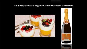 Taças de parfait de manga com frutos vermelhos macerados