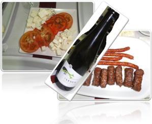 VINHO: Plexus Frisante Branco PRATO: Mici com Salada de Tomate e Queijo Feta Romeno