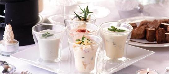 Fondue de novilho com 5 molhos Ingredientes 1.º MOLHO: • 1 dl de natas Milbona • 50 g de queijo Roquefort • 1 c.s. de cebolinho picado • 1 pitada de pimenta Kania acabada de moer 2.º MOLHO: • 100 g de queijo creme Goldessa • 1 c.s. de cornichons Freshona • 1 c.c. de caril em pó Kania 3.º MOLHO: • 100 g de maionese Vita D'or • 1 ovo cozido • 1 c.s. mixed pickles Freshona • 1 c.c. de salsa picada Kania 4.º MOLHO: • 2 queijos frescos Montiqueijo • 1\2 limão • 1 raminho de hortelã • 5 c.s. de azeite Chaparro 5.º MOLHO: • 1 dl de natas Milbona • 2 c.s. de maionese Vita D'or • 1 c.s. de Vinho do Porto Tawny Armilar • 3 c.s. de ketchup Kania Ingredientes Gerais: • 500 g de carne de novilho para fondue Deluxe • 1 lt óleo para fritar Alvolino • Sal Castello q.b. • Pimenta Kania q.b. Preparação 1.º MOLHO: Deite as natas e o queijo Roquefort no liquidificador e tempere com uma pitada de pimenta acabada de moer. Ligue e deixe bater até obter um creme liso. Retire, junte o cebolinho picado e deite para uma t a ç a . R e s e r v e n o f r i o . 2.º MOLHO: Misture o queijo creme com os cornichons e o caril. Retifique o sal e deite para uma taça. R e s e r v e t a m b é m n o f r i o . 3.º MOLHO: Junte a maionese, o ovo cozido picado, os pickles e a salsa. Misture e retifique o sal. Coloque n u m a t a ç a e g u a r d e n o f r i o . 4.º MOLHO: Deite os queijos frescos ligeiramente esmagados no liquidificador, junte o sumo do limão e o azeite. Tempere com sal e pimenta, ligue e deixe bater até obter um creme liso. Depois retire, adicione a hortelã p i c a d a e m i s t u r e . C o l o q u e e m t a ç a s e r e s e r v e n o f r i o . 5.º MOLHO: Bata as natas até ficarem espessas, junte a maionese e misture. Adicione depois o ketchup, o Vinho do Porto, tempere com sal, pimenta e misture. Coloque numa taça e leve ao frio. Preparação Geral: Aqueça o óleo, deite-o na panela de fondue e coloque-a na mesa em cima da lamparina. Disponha a carne num prato e sirva com os diversos molhos que