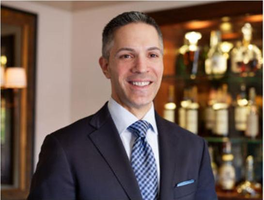 Dennis Kelly trabalhou no restaurante French Laundry, de Thomas Keller em Napa Valley por mais de 10 anos, sete dos quais como Chefe Sommelier
