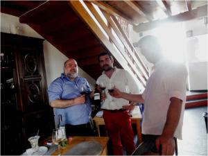 Um brinde com amigos, e aos amigos: Da esquerda para a direita: Eu, João Gil Matias e Bruno Sousa (proprietário)