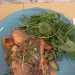 Filete de dourada com legumes salteados e salada verde