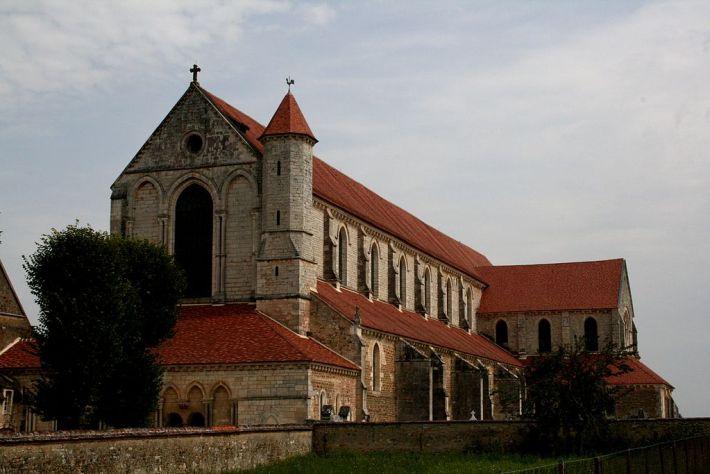 Abadia de Pontigny: Foi fundada em 1114, e os monges plantaram videiras ao longo do Serein. Durante a Idade Média, a Igreja Católica , particularmente os monges cistercienses , tornou-se uma grande influência no estabelecimento do interesse económico e comercial da viticultura para a região.