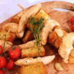 Espetadas de frango com pão e alho