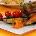 Costeletas de porco marinadas com balsâmico de Modena e legumes grelhados