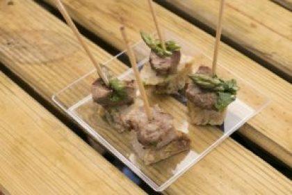 cachaco-de-porco-grelhado-com-migas-de-tomate-e-espargos