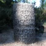 Pormenor de um dos marcos, dedicado aos Imperadores Tito e Domiciano. Neste marco lê-se o nome de C. Calpetanus Rantius, governador da Terraconensis.