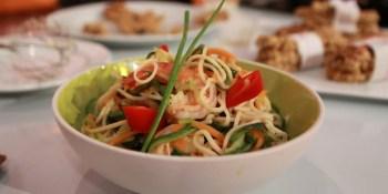Massa Asiatica com camarao e legumes