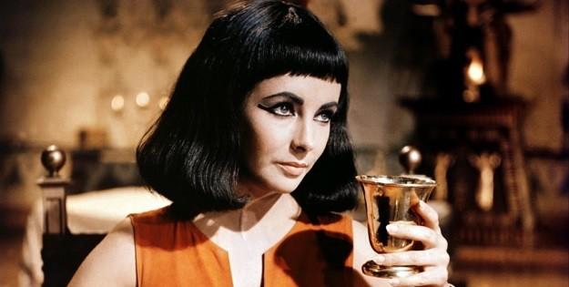 A mítica Elisabeth Taylor representando Cléopatra e bebedo o seu Muscat