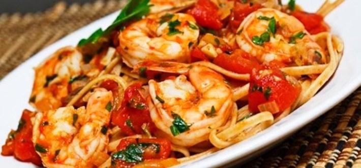 Linguine de camarão em molho de tomate