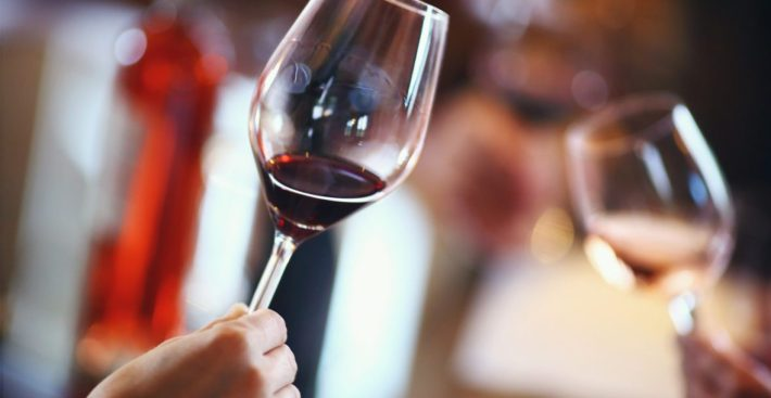 Aqui agitam-se milhares de copos e provam-se dezenas de milhar de vinhos