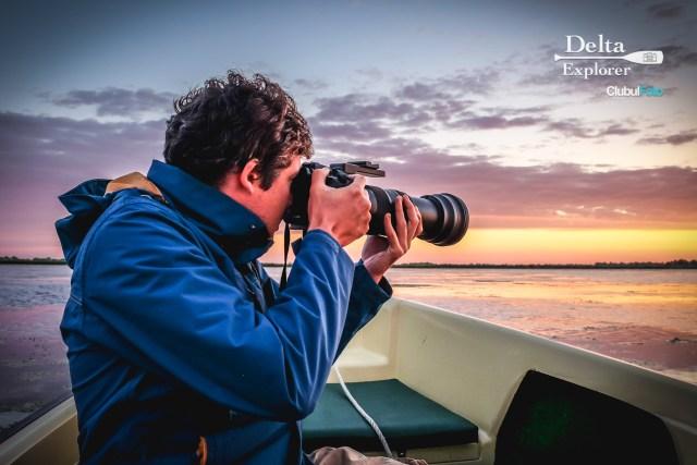 Rasaritul in Delta Dunarii e magic: niciodata nu stii ce vei prinde - fie ca esti pescar sau fotograf. Nu uita ca e bine sa ai haine groase! La rasarit temperaturiile pot fi ... chill!