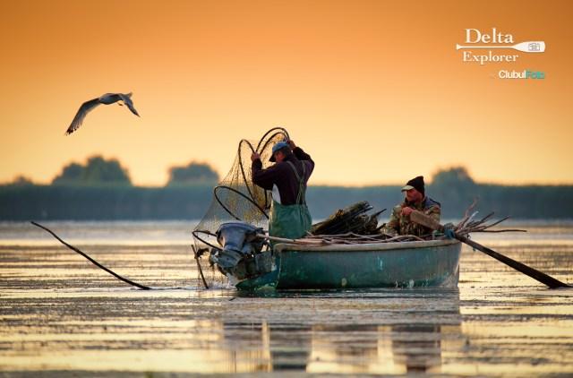 Fotografii cum numai in Delta se pot face: pescarii inspectand plasele, la rasarit