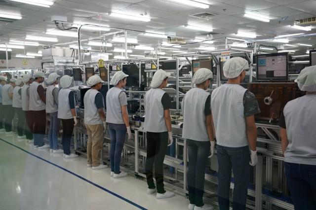 Pe linia de asamblare a lui Sony A9 fiecare lucrator face o singura operatiune, iar camerele trec de la unul la altul, in ordinea montarii componentelor