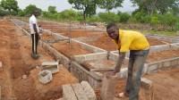Izgradnja nove škole u selu Nakando brzo napreduje. Nedavno iskopani temelji već su gotovo dovršeni.