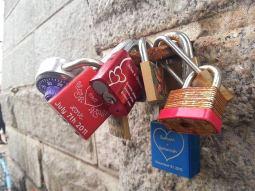 Cadenas d'amour attachés à un pilier du pont de Brooklyn