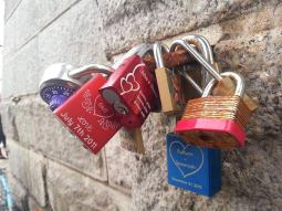 Cadenas d'amour attachés à un pilier du pont de Brooklyn