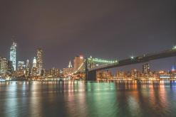 Vue nocturne du pont de Brooklyn et du Financial District
