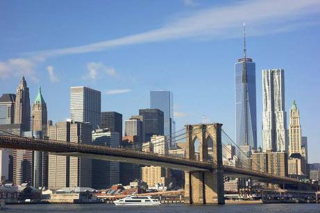 Le pont de Brooklyn avec le Financial District et la One World Trade Center