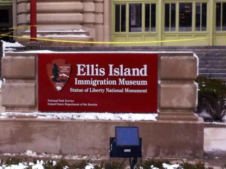 Panneau marquant l'entrée d'Ellis Island