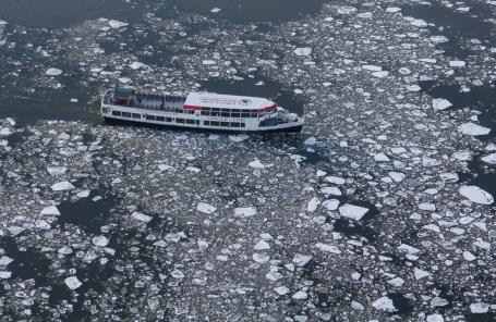 Un bateau de la Circle Line brisant la glace. (Photo Anthony