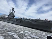 L'USS Intrepid entouré par la glace. (Photo Stéphanie Attia)