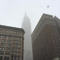 La neige tombe sur l'Empire State building