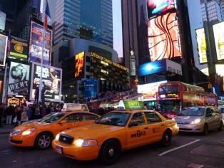 Times Square de nuit. (Photo Mika Abolivier)