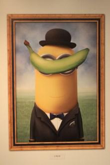 La pomme de Magritte remplacée par une banane... (Photo Didier Forray)