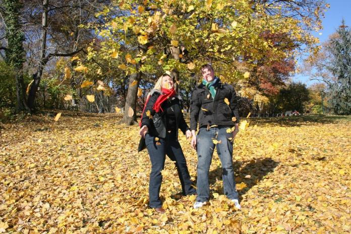 Joanne et Ashley font voler les feuilles de Central Park