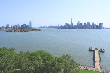 La grande majorité des touristes qui visitent la statue de la Liberté s'en tiennent très souvent à une simple promenade sur Liberty Island et à quelques photos au pied de la statue. Mais si vous avez envie d'aller plus loin, je vous conseille vivement de visiter aussi le socle. Le piédestal de la statue de la Liberté désigne son socle, l'imposante structure en pierre qui soutient la statue. Comment y accéder ? L'accès au piédestal est gratuit mais limité à un certain nombre de visiteurs chaque jour. Pour être certain de décrocher l'un des tickets du jour, une seule solution : prendre le premier navire ! Présentez-vous à la caisse de Castle Clinton, dans Battery Park, avec votre New York City Pass, un Explorer Pass, toute autre pass touristique de New York comprenant la statue de la Liberté ou un billet simple pour la statue et demandez un ticket pour le piédestal (c'est le même mot en anglais, facile !). Si vous êtes là pour le premier ferry, on vous remettra alors votre billet pour la statue de la Liberté et un billet pour le piédestal. C'est gagné ! Sous la jupe de la statue de la Liberté Une fois sur Liberty Island, regardez l'heure indiquée sur le billet pour le piédestal et dirigez-vous vers la tente qui se trouve à l'arrière de la statue. Déposez votre sac à dos dans les casiers et passez la sécurité. Vous pourrez alors entrer dans le cœur du monument. Le piédestal abrite un très intéressant musée qui raconte l'Histoire de la statue de la Liberté, des premiers dessins à ses dernières rénovations. Le sculpteur français XXX est évidemment à l'honneur ! Poursuivez ensuite la visite vers les ascenseurs, ou prenez l'escalier, pour accéder au sommet du piédestal. Une fois sous la statue, un plafond de verre vous permettra de voir l'intérieur de la statue, avec sa structure et les plis de la robe. Une vue inédite et franchement étonnante. Dirigez-vous ensuite vers l'observatoire extérieur, digne d'un nid d'aigle. Ce balcon très étroit fait le tour complet de la base 