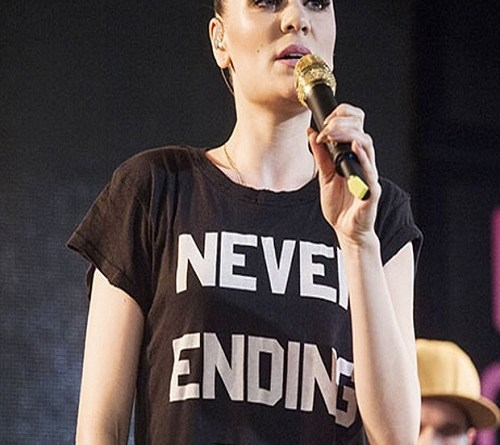 Jessie-J-in-T-shirt-012
