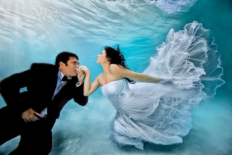 incredible underwater wedding photography