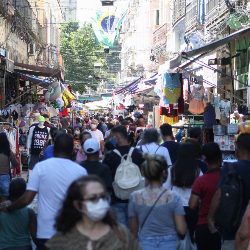 Movement in the Sahara, downtown Rio de Janeiro, in the midst of the Covid-19 pandemic
