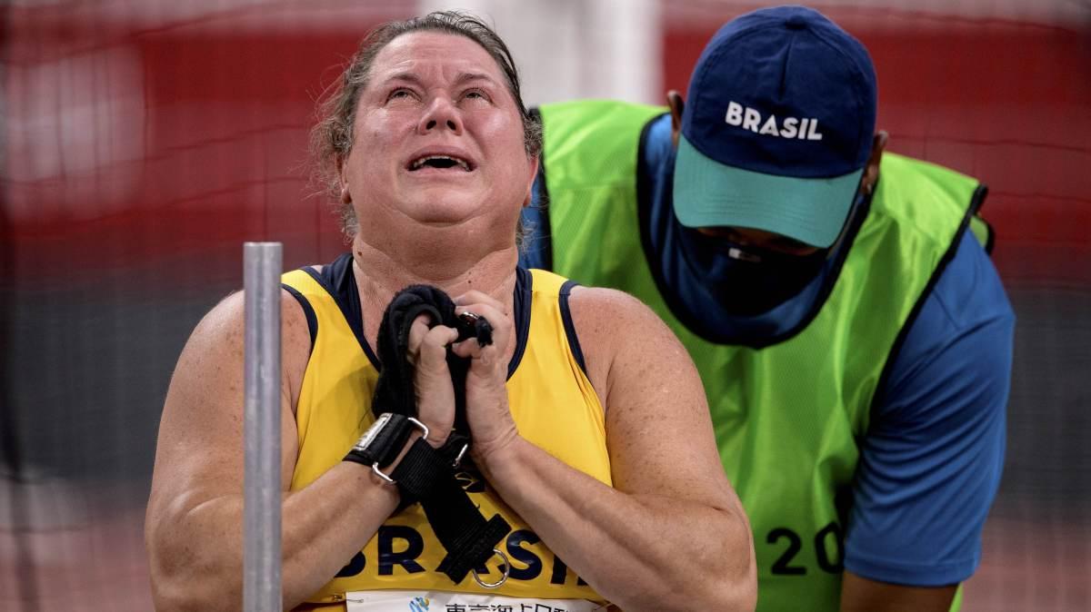 Elizabeth Gomes se emociona ao conquistar o ouro e bater o recorde mundial no lançamento de disco da Classe F53