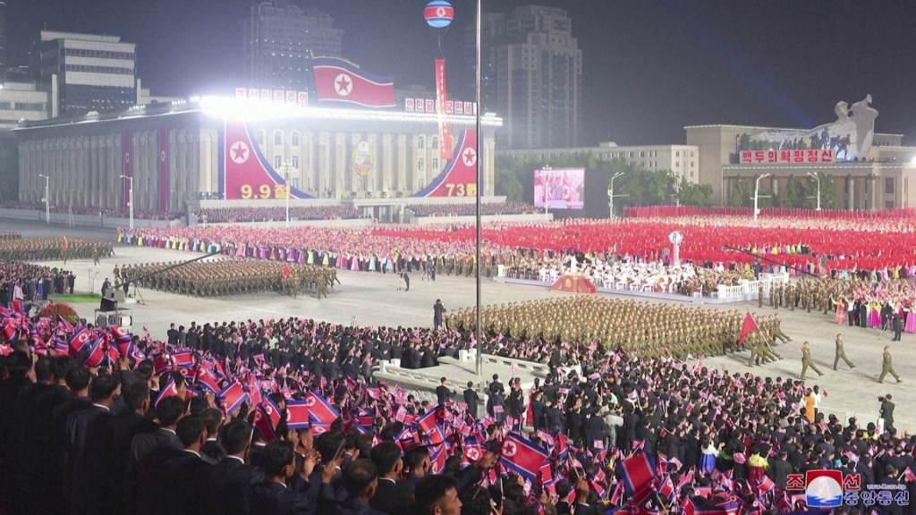 Desfile de soldados norte-coreanos durante celebração do 73º aniversário do país