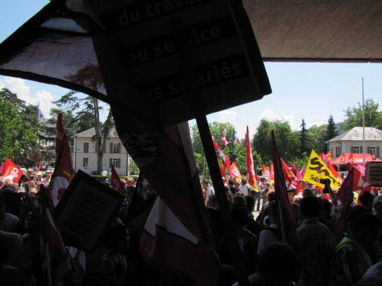 Manifestation Annecy soutien à l'inspectrice du travail Laura Pfeiffer face à Tefal devant le tribunal d'Annecy à l'appel des syndicats CNT - SUD - CGT - FO - FSU - CFDT - UNSA