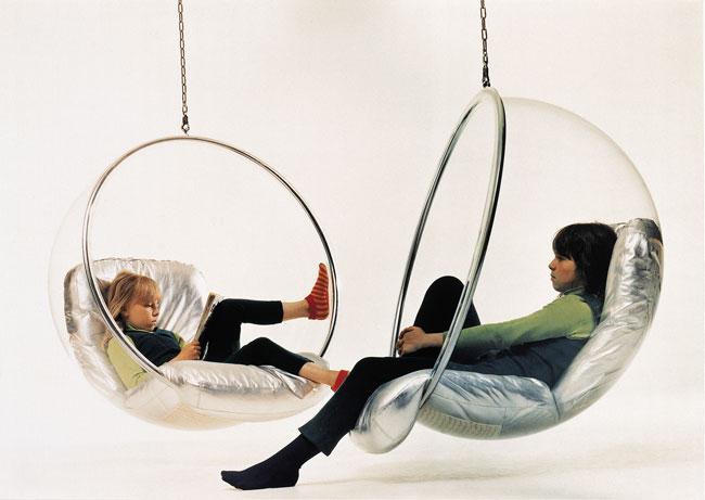 Las hijas del diseñador en las silla Burbujas