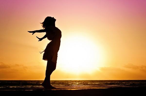 Afbeelding van vrouw in de zon, ademhalen, ademhaling, goed ademhalen. Gevonden op coachingmetsanne.com life coaching Den Haag