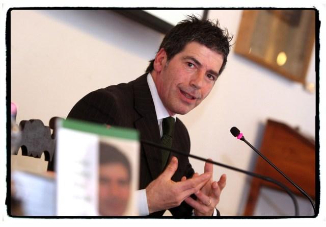 Giancarlo Fornei, mentre spiega, convinto, quanto sia fondamentale avere una sana autostima - Verona marzo 2014...