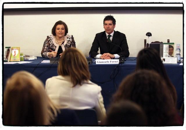 Giancarlo Fornei al tavolo dei relatori, pronto per cominciare la conferenza, a fianco, Debora Alberti Botteon, Presidente Associazione Nazionale Le Donne del Marmo - Verona, marzo 2014 foto Marco Toninelli