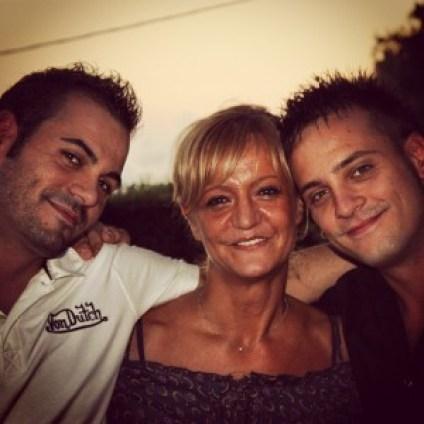 Una bella immagine di Marinella Pedri con i figli Andrea (a sinistra) e Daniele Secci, con i quali gestisce Radio Nostalgia Toscana...