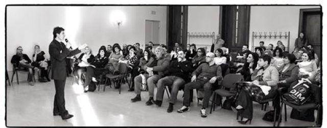 Una bella immagine dove si evince il folto pubblico presente al seminario motivazionale del coach Giancarlo Fornei tenuto a Villa Fenaroli a marzo 2015 (Brescia)