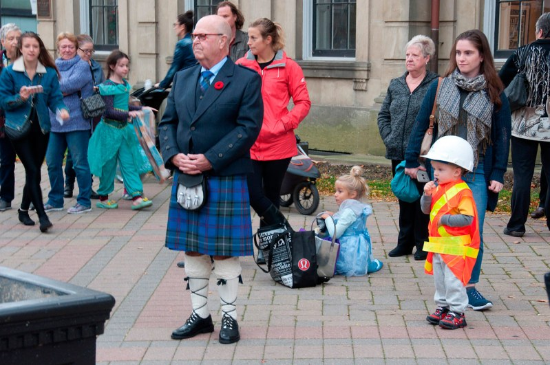 The Mayor dressed in kilt - watching the Pipes and Drums perform