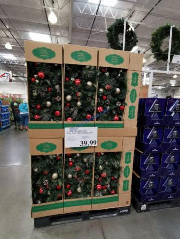 Costco-1900392-9-LED-Decorated-Red-and-Gold-Garland-all