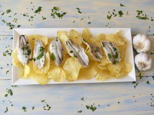 Boquerones en vinagre con patatas chips para hacer en casa